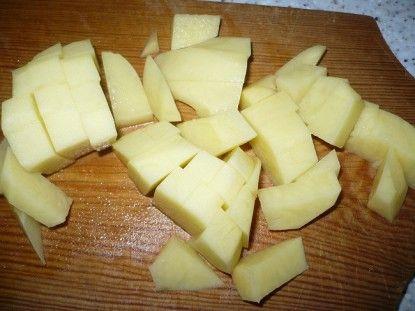 Нарізати картоплю кубиком